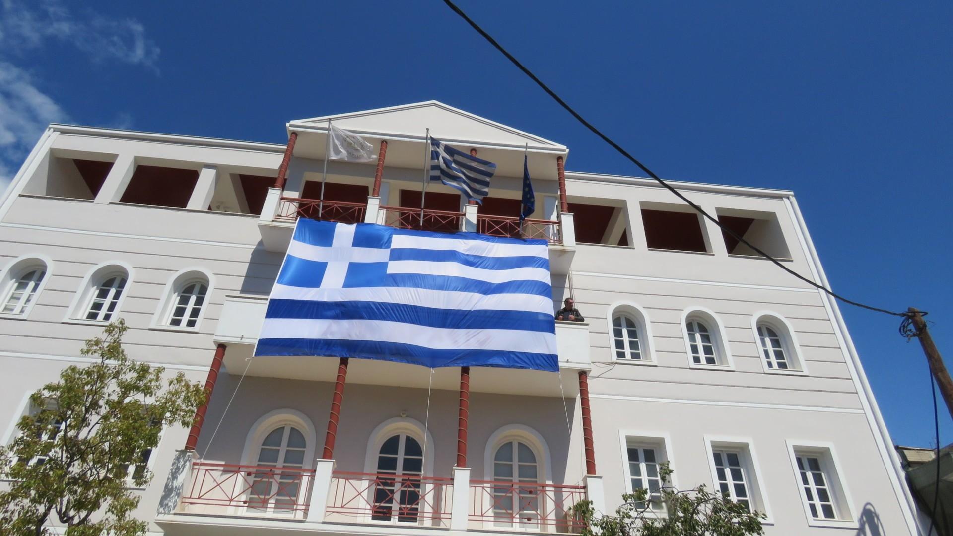 Η ΔΕ Ιτέας κάνει έπαρση μιας τεραστίων διαστάσεων Ελληνική σημαίας σε Δημόσιο Κτίριο!